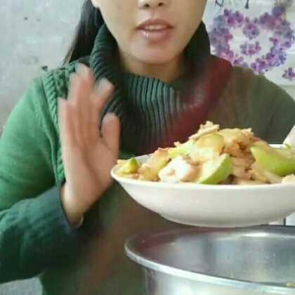 #吃秀#宝宝们,我来了,大家吃了吗?今天做了米粥,炸馒头,还有水煮菜(给大家简单的介绍了一下做法,挺简单的),炒了小瓜豆腐鸡蛋肉。认识就是有缘,谢谢大家的一路支持,感恩有你们🌹笑一笑,爱你们么么哒😘