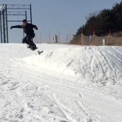 #我的单板滑雪日记##🍉运动#恕我直言,视频里的人第二次滑单板感觉帅炸了!下次一次比一次好!