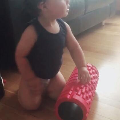 想要塑身讓寶寶教你如何使用道具😂😂😂#每天看媽媽用現在都知道怎麼使用了#... #男寶17個月大#