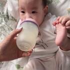 #宝宝##小面团6m#+5一边吃奶一边练功😂