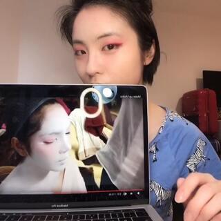 #精选##美妆##化妆#两眼和脸颊涂红,一是为了立体有轮廓,二是提现女性的柔美,营造一种白里透红,粉嫩嫩的感觉