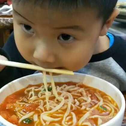 爱吃面的大图,怎么教都不会用筷子