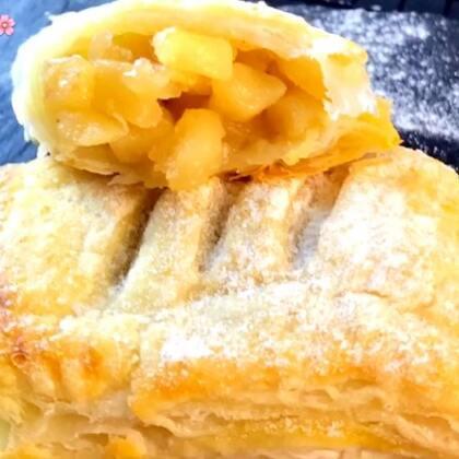 ✨苹果派😋懒的做酥皮,然后用飞饼皮做的,好吃又方便,而且起酥效果也超好,做好的苹果派,一定要放冰箱里冷冻20分钟,再放入烤箱烤 ,这样烤出来更酥😘完美下午茶快做起来吧😘#美食##甜品##苹果派#