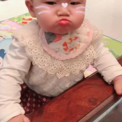 这是一条有趣的视频,小ALi抓周抓了毛笔,给钱都不要,可急坏奶奶了。最后有小朋友吃饭的视频,一吃饭就高兴,不给吃酒嘟嘟嘴,吃嘛嘛香,萌翻了,觉得我们可爱的,点赞评论哦😘#宝宝##一周岁抓周##宝宝吃秀#