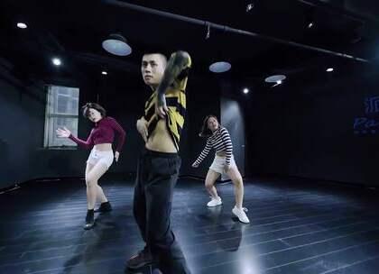 #我要上热门##舞蹈##just stay with me#又一支老师联手的舞蹈出来啦 跳出了一点让人上瘾的醉酒的迷乱 很舒服的感觉 爱跳舞的人儿总是最帅的 宝宝们找到自己老师然后开始打call吧🍻@没拍小助手@舞蹈频道官方账号@派澜Jerry.洁李