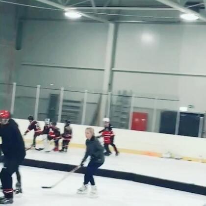 小宝最近的新爱好,ice hockey! #宝宝##精选##冰球#
