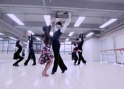 #我要上热门##舞蹈##伦巴#很好听的声音 低徊温婉却又内含力量 很好看的舞蹈 暧昧又求之不得 感觉很空旷 寂寞 又大器~!要给我们朱国硕老师好多赞赞赞👍👍👍@美拍小助手@舞蹈频道官方账号