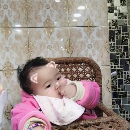 小ALi都一岁了,会哭会闹会嘟嘴卖萌,唯一就是胆小,开个小车吓哭一晚上,抓周抓了毛笔,给钱都不要,抢她毛笔瞬间变脸。最喜欢吃,吃嘛嘛香,宝宝,妈妈希望你慢慢长大,不要你多优秀,只愿你做个快乐的宝宝。卖的一手好萌[偷笑]#宝宝吃秀##我要上热门##宝宝一周岁#