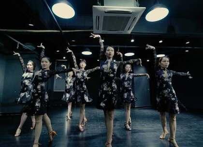 #我要上热门呢##舞蹈##阳光恰恰#前奏轻嗨 这很恰恰~!哈哈 感觉像是和初恋在梦里跳起了舞🌙🌙🌙嗨 能请你跳支舞吗 在梦里的那种~@美拍小助手@舞蹈频道官方账号