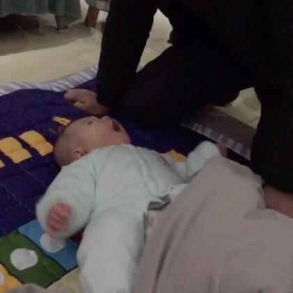 昨晚好困现在补发一个,宝宝79天#宝宝##萌宝宝##父女俩#