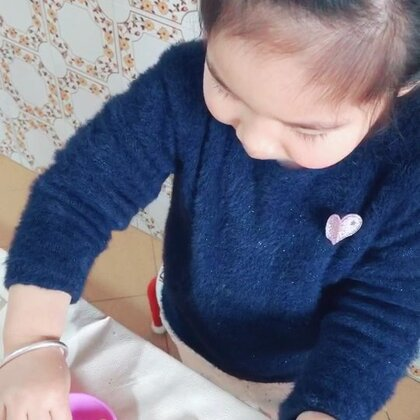 我看她一边揉面团子一边数数,数的很正确。就想着记录下来,结果…是我高看她了😂#宝宝##搞笑的emy#