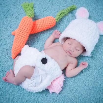 #宝宝# 嗨,我是小顾毅,这是我出生的第13天,妈妈非要我照艺术照,说这是给我留纪念🙄@美拍小助手 @穿衣助手 @嘉博姐姐