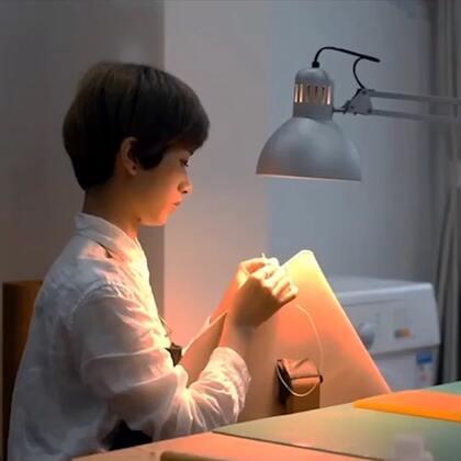 因为痴迷手工皮具制作,米啦毅然辞去原本稳定高收入工作,扎进手工包包制作。一般皮革材质是基本都是保留原有的纹理和色泽。她却想做出染色的包包,为此埋头研究了3年,终于达到了理想的效果。谁说中国没有匠人精神?#艺术##原创设计师品牌##时尚包包#@美拍小助手