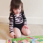 找出一本婴儿时期的书,晚上好久。连体衣是新的,好显大长腿😀#宝宝##精选##程程的衣橱#