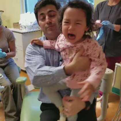 """又到洗牙嚎哭的时候了😓😓😓。为了挣脱洗牙的噩梦,不停嚎叫,""""Baba! I love you! I love you!""""😂😂😂😂#萌宝宝##宝宝成长日记#"""