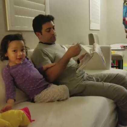2岁7个月的小壹,伊朗话已经能说的非常好了,还开始能自己看字读故事书了。妈妈太为你骄傲了。😙😙😙😙#萌宝宝##宝宝成长日记#