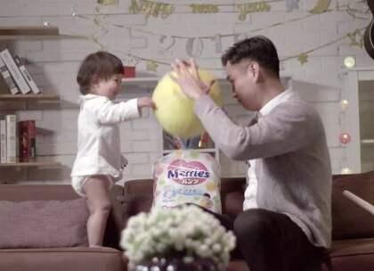 小宝宝到了学走路阶段,特别活泼好动,每次换纸尿裤总得折腾一下,宝爸宝妈们特别头疼,现在就为大家推荐一款神器,让宝宝活动自如,尽情玩耍~#拜托了妈妈#
