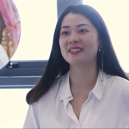 2017年初,许安怡创立了自己的同名独立首饰品牌ANNXU,第一个系列设计灵感来自《风月俏佳人》。没想到才第一个系列作品,就意外被陈妍希佩戴并上了时尚权威杂志《VOGUE》,这一发不可收拾,各路时尚明星马思纯、周雨彤、张靓颖都成了她粉丝。#陈妍希##穿秀##独立设计师#@美拍小助手