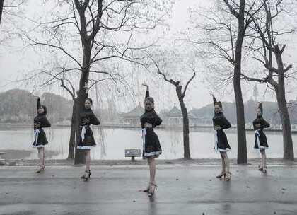 在南方雪花纷飞的冬日,起舞一支《思念》,给小姐姐们的舞蹈精神点赞打call!心中的热情战胜了冷飕飕~🔥咨询#舞蹈#微信:danse68#拉丁舞##运动#