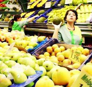 【探秘西班牙水果店:雷探长遭嫌弃】在西班牙一家路边水果店,雷探长想寻摸一些吃的,可这里顾客的神情和动作似乎提防着我,刚拿起一桃子,女老板声严厉色:不买就别碰! #冒险雷探长##旅游##探险#