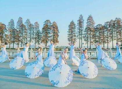 #古风#温柔伞舞舞一曲《#青花瓷#》,彭漾琳老师原创编舞,清秀的舞姿宛若湖边一道秀丽的风景线。咨询#舞蹈#微信:danse68