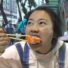 作为吃货的我这期就揭秘香港美食奥秘,巨大寿司竟然一口闷,😱吃甜品还能养生,真是看完直流口水!#香港##我要上热门##美食# 你最向往香港的哪道地道小吃?评论下方告诉我😜