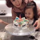 自己做彩虹獨角獸蛋糕,送給奶奶的生日蛋糕🎂!安安獨自完成馬德蓮,太厲害,快點愛心鼓勵他一下❤️香香也很認真幫忙!現在料理教室都太棒了,東西好齊全啊😍#自制美食##蛋糕##宝宝#