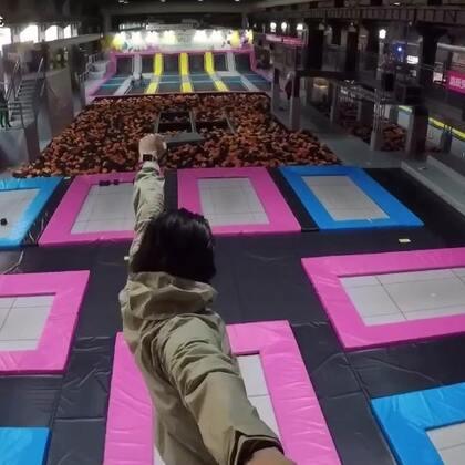 跑酷大叔在V-fly蹦床馆嗨翻天!#精选##城会玩儿##蹦床##空翻#