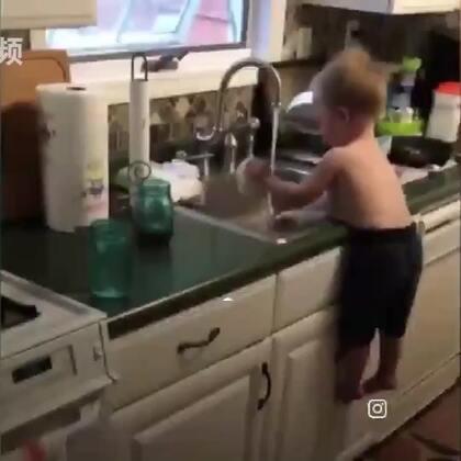 """小萌娃帮妈妈洗碗,因为身高不足,他想到了一个有趣的办法,直接把肚子贴在的洗碗台上。真是""""身高不够,肚子来凑""""。。。有点担心肚子被卡坏了😯#每日汇#"""