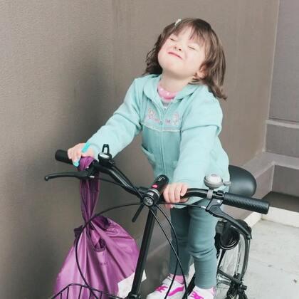 #小团子#人小鬼大,想挑战大人的单车😂😅#搞笑宝宝##混血萌宝#