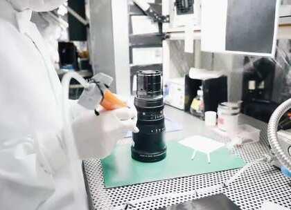 """相机、镜头都属于高科技精密器材,因此这些技术目前大都掌握在日本品牌手中,虽然有些品牌的某些型号产品已经实现国内组装,但高端产品依然是""""日本制造""""。下面通过视频画面,看看富士XT-2、MK电影镜头的生产组装。"""