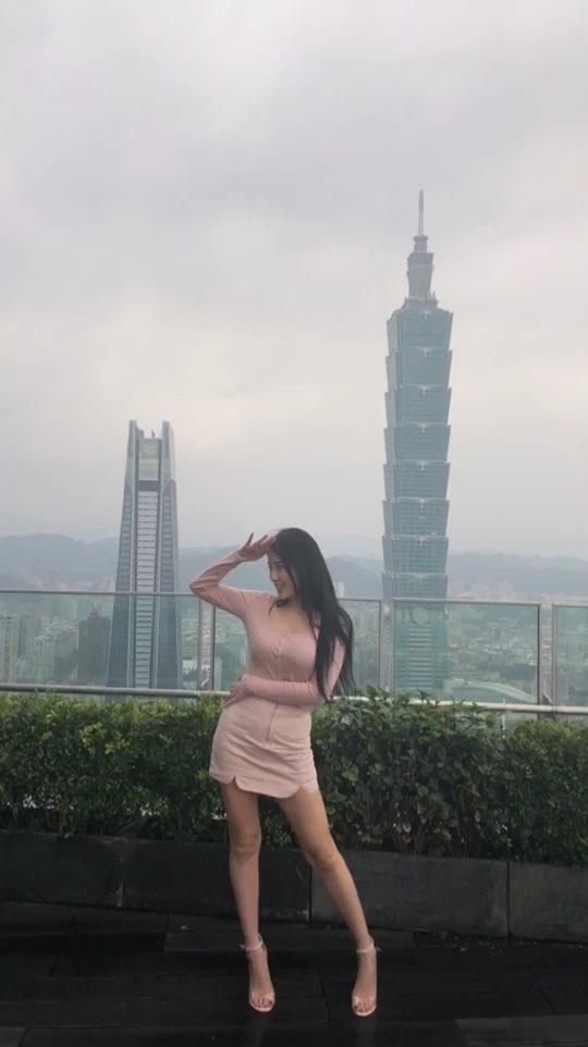 #海草舞##台北##101#楼顶风太大 完全听不到音乐 全靠感觉啊哈哈哈哈哈哈哈 旁边人都以为我是疯子