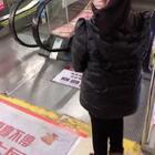 妹妹上电梯新方式,劈叉上电梯,还有谁,哈哈哈