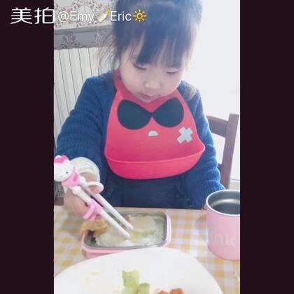 第一次使用学习筷的emy#宝宝##搞笑的emy#途中突然说了一句话 让我好感动😂#萌娃小吃货#