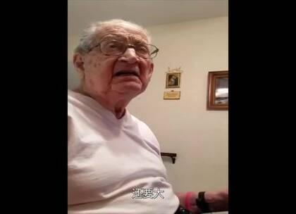 """一位98岁的老爷子拒绝接受自己的真实年纪。老爷爷很气很懵比,""""我天...我什么时候这么老了???""""可以说很可爱了,但最后不得不接受自己已经不再是79岁的精壮小伙了!😂"""