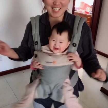 对于不吃奶嘴的宝宝,喝水就应该拿硅胶奶瓶🍼,可以挤着给她喝😂,视频后面是我俩在吃饭,溪宝自己睡着了,太欣慰了🤗 ,她已经长了3颗牙了,我感觉是不是长的有点早了呢?#吃秀##溪宝7个月+9#