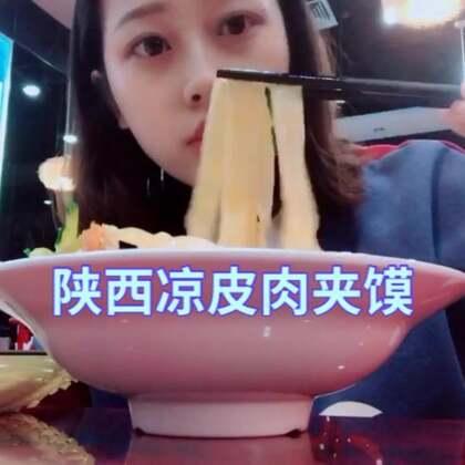#吃秀##穿秀##日志#到了孕晚期,精力好像没有以前那么好啦,但是我还是想乱跑乱跳~离过年没几天了,你们都准备年货了吗,我们一会就去超市采购啦~ 虽然放假了,但是感觉北京人还是很多~