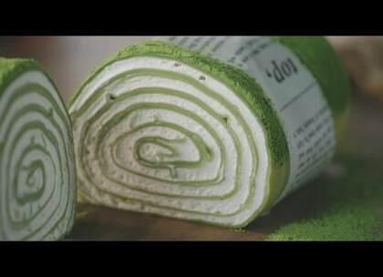 抹茶千层毛巾卷很简单,用平底锅就能做。一层层薄薄的班戟皮包裹着奶油,切一片咬一口,微苦的抹茶粉就陷进冰凉的奶油里,温柔的香气融在嘴里。#美食#