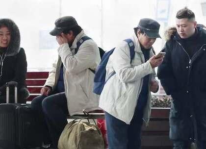 当一位外来务工老人问路人借手机,会有人借给他吗?得知他的孩子无法回家过年,会有人安慰这位难过的老人吗?祝所有在外漂泊的游子,都能过一个幸福平安的团圆年!#大树君##美拍最牛恶搞##春节#微信公众号搜索大树君,收看更多原创社会实验节目!