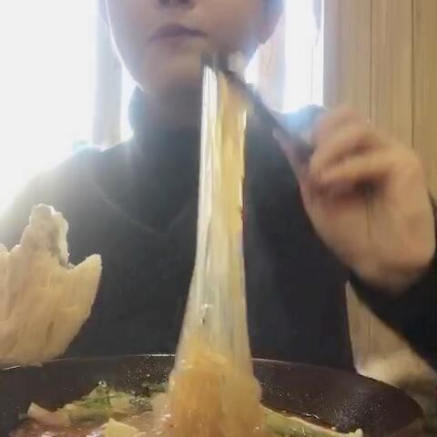 【吃嘴小猴子🐒美拍】我的午餐,酸辣肥肠粉和锅盔绝配...