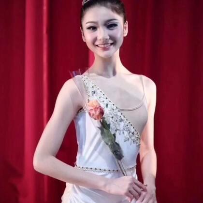 #芭蕾##这些年的变化##精选#比赛结束后她的指导老师杨已磊老师在朋友圈PO出了几张图,记录了当年的丑小鸭是如何变成现在的白天鹅[胜利][胜利]