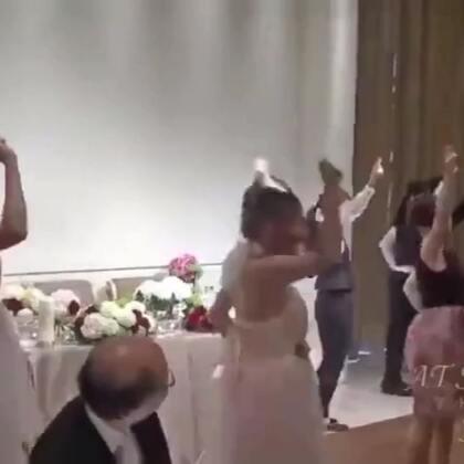 高能!新娘舞蹈一瞬间,婚礼快闪开始,新郎满脸不可思议!这年头不会点啥,简直不敢结婚😊😊😊