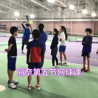 今天是丽奈第五节网球课、来的有点早、她在布置球场!这节课遇到了一个好同学!两个人好开心呀😄@美拍小助手 @小慧姐在日本 #宝宝##运动##精选#
