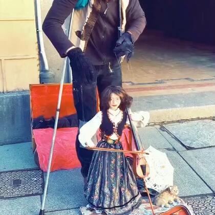 网友在塞哥维亚拍到的街头艺人!👍#音乐#