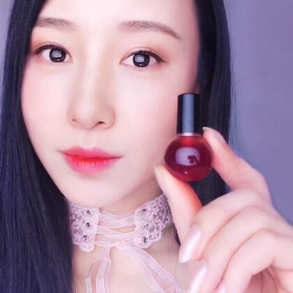 红酒染唇液DIY#春节快乐##美妆##美妆实验室#春节期间和亲朋好友欢聚一定少不了喝酒,红酒不但可以喝还可以用来制作非常漂亮又天然的染唇液哦😘💋