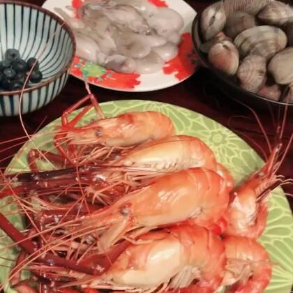 #吃秀#昨天的一家人的火锅年饭,还有专门提前预订的最爱大大大头虾,好吃到没朋友。楼下在开音乐会,鬼叫一样。果子过敏检查对海鲜不过敏,我们也留了一只给他,但是他吃的时候没摇头😂😂😂😂😂😂