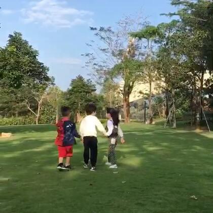 陽光..藍天..草地...奔跑吧...孩子們! #小宇恩# 帶著跑! 小朋友的快樂....真的很簡單! 我們大人真的要....好好學習!<爸爸去哪兒的番外篇>