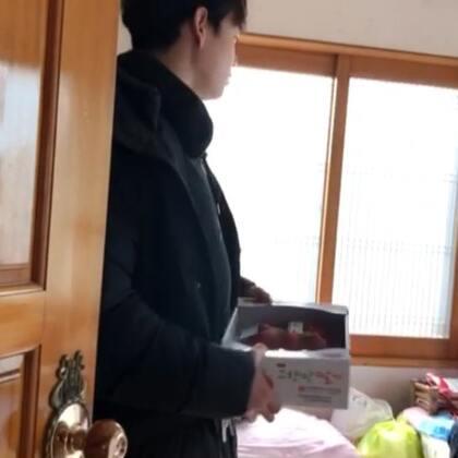 在我故乡济州岛突然想去了外婆家,给外婆👵一箱草莓🍓 我一直说只外婆要吃我买的草莓呀,爱你😍哈哈