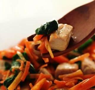 12-18个月辅食:富含优质蛋白的金枪鱼搭配两种蔬菜,帮助宝宝向大人的饮食模式迈近一步。#宝宝##我要上热门##美食# @美拍小助手 贝贝粒,让育儿充满欢笑。