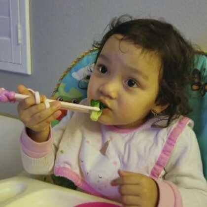 第一次用筷子的小壹!简直就是与生俱来的本领啊!太厉害了!😂😂😂#萌宝宝##宝宝成长日记#